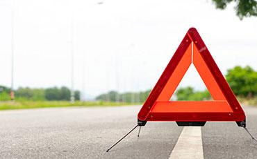 Varningstriangel vid vägkant